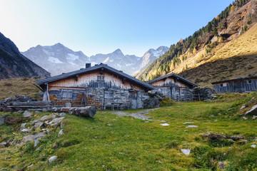 Fototapete - Almhütten in den Bergen vom Zillertal in Tirol
