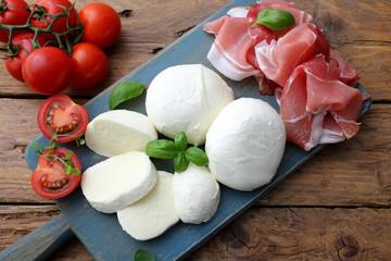 mozzarella prosciutto e pomodori delizioso piatto estivo