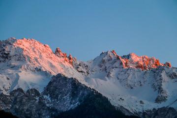 Montagne enneigée et ensoleillée