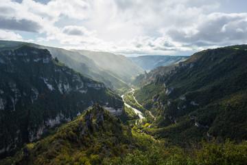 Papiers peints Blanc Vue sur des gorges entre deux montagnes et une rivière au fond