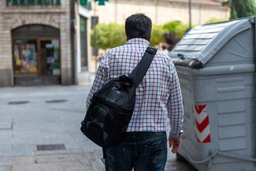 fotografo paseando mochila camaras de fotos