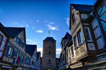 Historische Fachwerkhäuser und Stadttor in der Altstadt von Ahrweiler