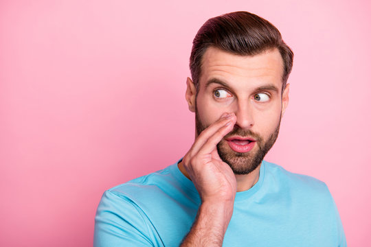 Close up photo of shocked stunned amazed man telling you secret no one else should know looking away to watch people around in blue t-shirt isolated pastel color background