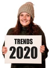 Frau hält Schild mit Trends 2020
