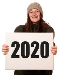 Junge fröhliche Frau hält Schild mit 2020
