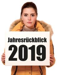 Junge Frau hält Schild mit Jahresrückblick 2019