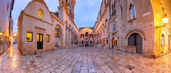 Montage in der Fensternische Altes Gebaude Panoramic view of Peristyle, central square within Diocletian Palace in Old Town of Split, the second largest city of Croatia in the morning