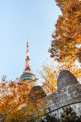 Cadres-photo bureau Seoul spire of N Seoul Tower over City Wall in Seoul