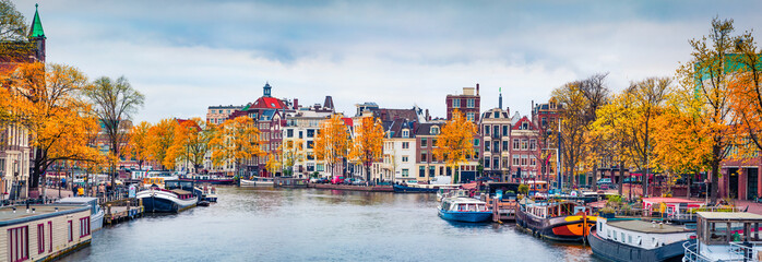 Papiers peints Amsterdam Panoramic autumn view of Amsterdam city. Famous Dutch channels and great cityscape. Gloomy morning scene of Netherlands, Europe. Traveling concept background.