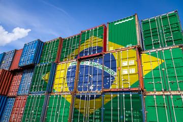 De nationale vlag van Brazilië op een groot aantal metalen containers voor het opslaan van goederen die in rijen op elkaar zijn gestapeld. Conceptie van opslag van goederen door importeurs, exporteurs