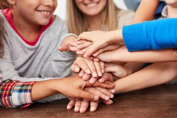 Hände stapeln als Symbol Für Freundschaft