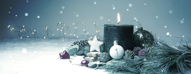 Erster Advent - Brennende Adventskerze im Schnee - christmas decoration