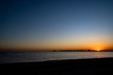 写真素材: 冬の三番瀬の夕日と富士山