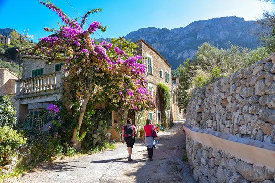 Wanderung durch das Dorf Deia auf der Insel Mallorca