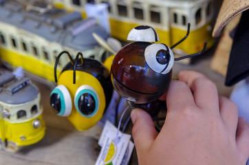Obraz Zabawka w ręku dziecka.  - fototapety do salonu