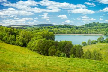 Piękny wiosenny krajobraz, Jezioro wśród zieleni, Polska