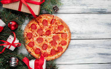 Fond de hotte en verre imprimé Pizzeria Christmas pepperoni pizza with Christmas decorations, gift, spruce, toys