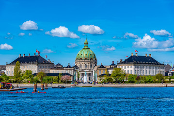 Photo sur Aluminium Bleu jean Frederik's Church known as The Marble Church and Amalienborg palace with the statue of King Frederick V in Copenhagen, Denmark