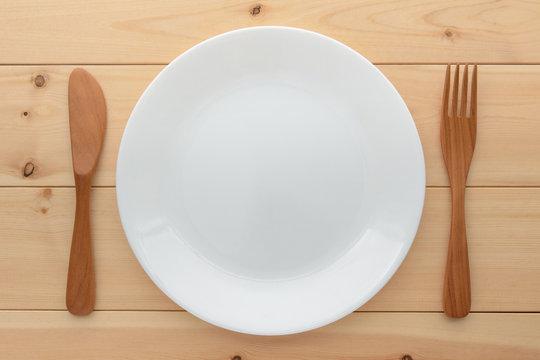 白い皿とフォークとナイフ