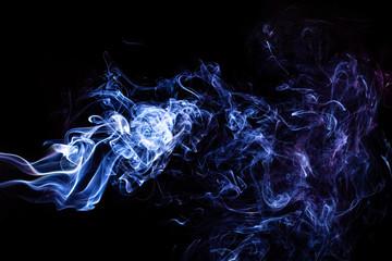 Dym  na czarnym tle.  Fantastyczne kształty z dymu. Błękitne smugi.