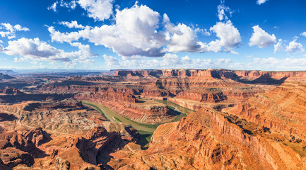 Photo sur Aluminium Arizona Beautiful panoramic view of famous cliffs and canyons in Dead Horse Point State Park and Colorado River meanders on a sunny day with blue sky and scenic clouds in summer, American Southwest, Utah, USA