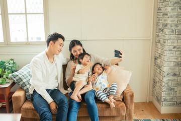 家族で写真を撮るシーン