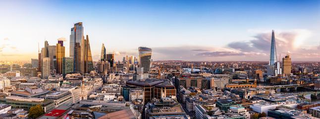 Fotomurales - Das neue Gesicht der Skyline der City von London mit den Glasfassaden der Wolkenkratzer bei Sonnenuntergang, Großbritannien