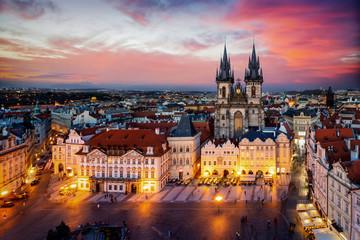 Prag am Abend: Blick auf die Marienkirche am alten Platz der Altstadt mit Lichtern und rotem Himmel, Tschechiche Republik