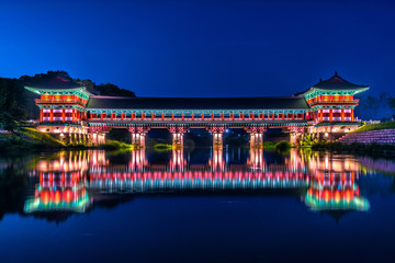 Photo Stands Old building Woljeonggyo Bridge at dusk in the city of Gyeongju, South Korea.