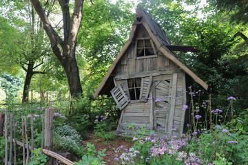 Fototapeta Vieille cabane de sorcière dans les bois obraz
