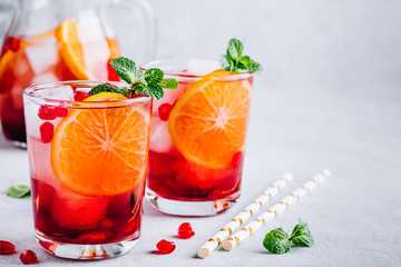 Poster Sap Pomegranate Orange Holiday Punch with ice and mint in glass
