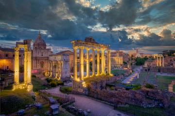 In de dag Oude gebouw Forum Romanum archeological site in Rome with dramatic colorufl sky