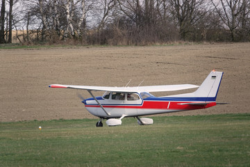 Kleines Segelflugzeug vor dem Start