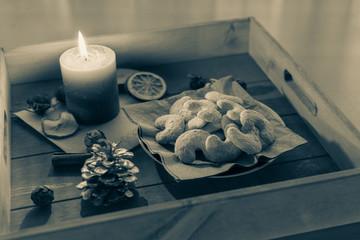 Teller mit leckeren vanillekipferl auf einem Tablett aus Holz