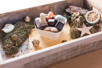 Schälchen mit Weihnachtsplätzchen auf einem Tablett aus Holz mit Dekoration