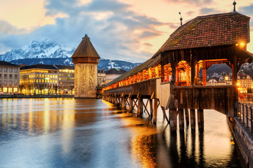 Photo sur Plexiglas Ponts Lucerne city, historical Chapel bridge on sunset