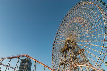 Foto op Aluminium Amusementspark 明け方の遊園地(撮影場所:よこはまコスモワールド)