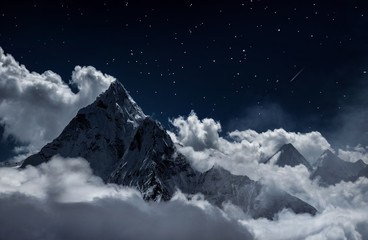Autocollant pour porte Vieux rose Top of mount in the clouds at night, Nepal