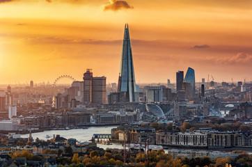 Die moderne Skyline von London mit allen Touristenattraktionen bei goldenem Sonnenuntergang, Großbritannien