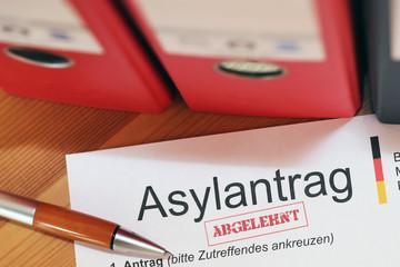 Abgelehntes Formular auf Asylantrag in Deutschland