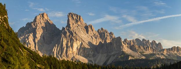 Dolomity - Panorama z widocznym szczytem Cristallo. Krajobraz górski - włoskie Alpy