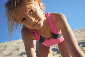 dziewczynka bawiąca się na plaży podczas letnich wakacji nad morzem