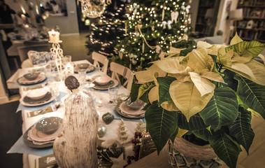 Gwiazda betlejemska nad szopką ze świętą rodziną na świątecznym stole na Boże Narodzenie