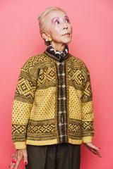 柄模様のセーターを着たシニア女性のポートレート
