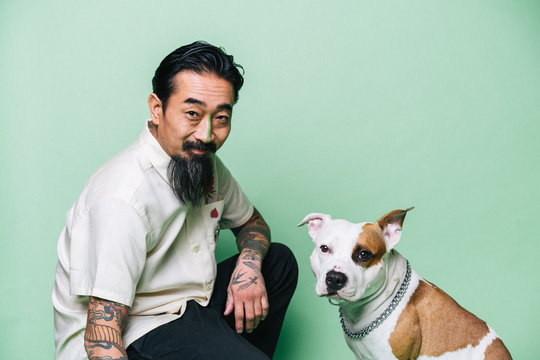 スタジオ内の男性と犬のポートレート