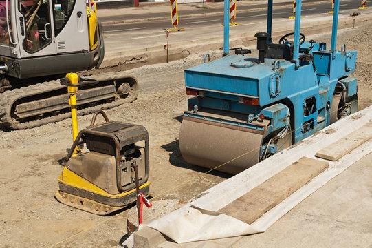 Baumaschinen stehen auf einer Strassenbaustelle