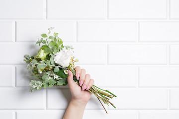 花束と女性の手