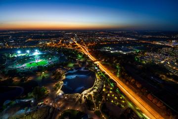 Blick vom Olympiaturm auf München bei Nacht