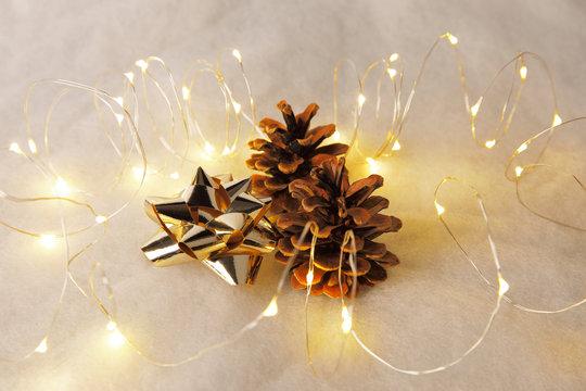 Weihnachtliche Dekoration mit Schleife und Fährenzapfen