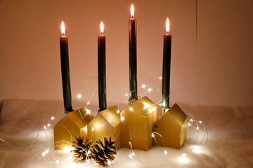 Fototapete - Adventsdekoration mit Häuschen und Kerzen